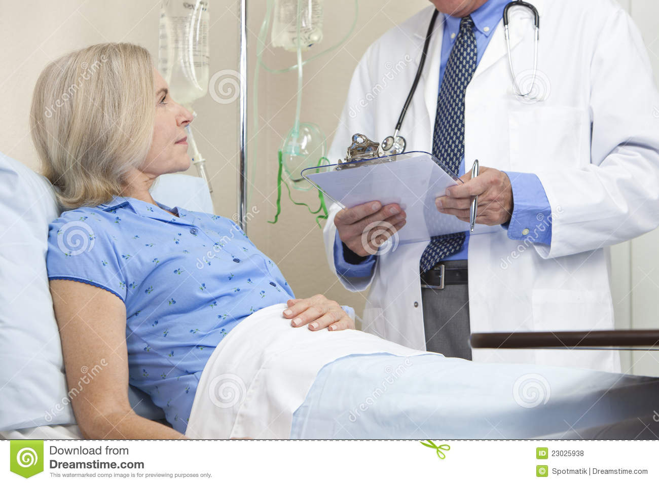 Histerectomia Por Laparoscopia Senior Female Patient Hospital Bed And Male Doctor Stock