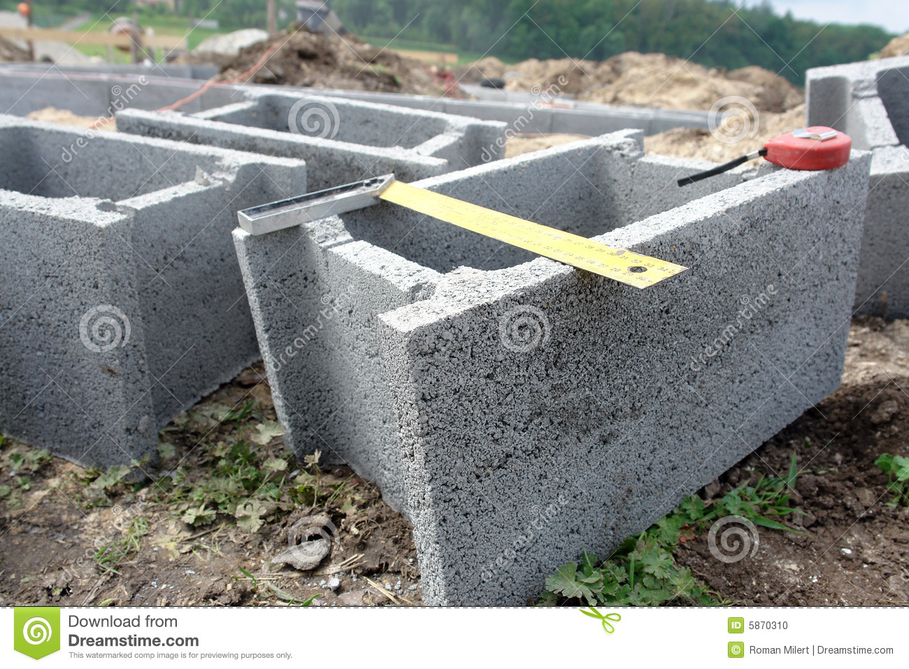 Pool Rund Pflastern Shuttering Blocks And Protractor Stock Photo Image 5870310