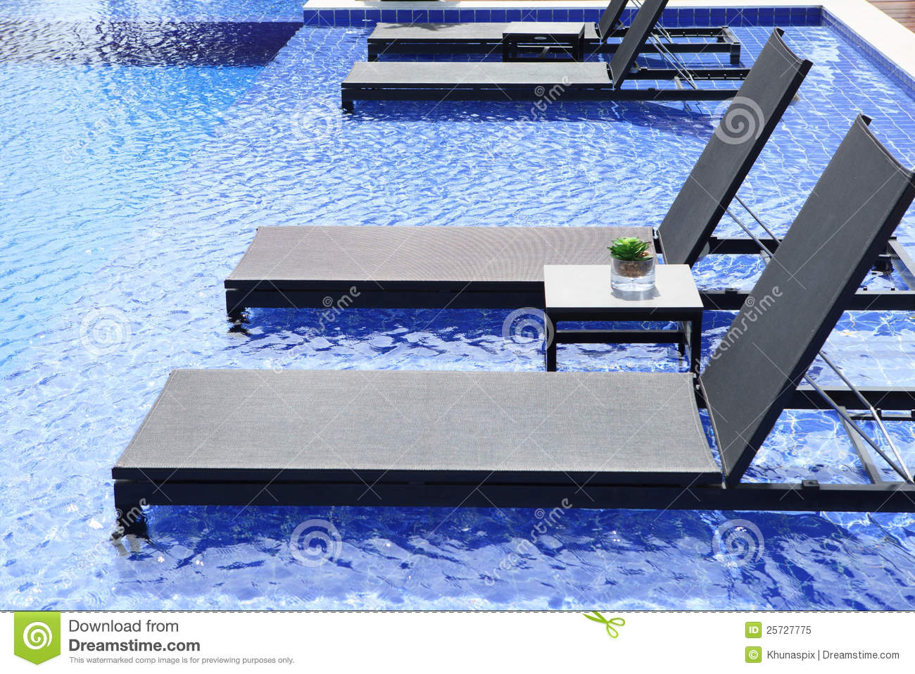 Zwembad Bed Swimming Pool And Chairs Bed With Blue Water Stock Image