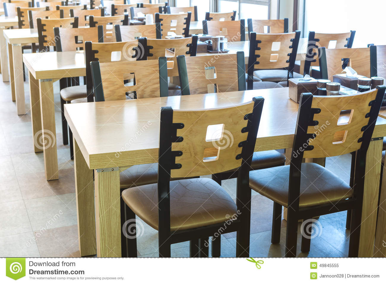 Tables Et Chaises Restaurant Table Et Chaise En Bois Au Restaurant Image Stock - Image