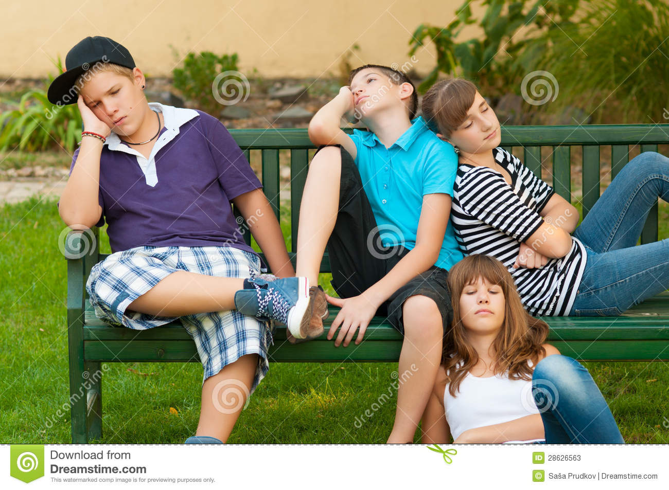 Girl And Boy Sitting Together Wallpaper Teenage Boys And Girls Resting On The Bench Stock Photos