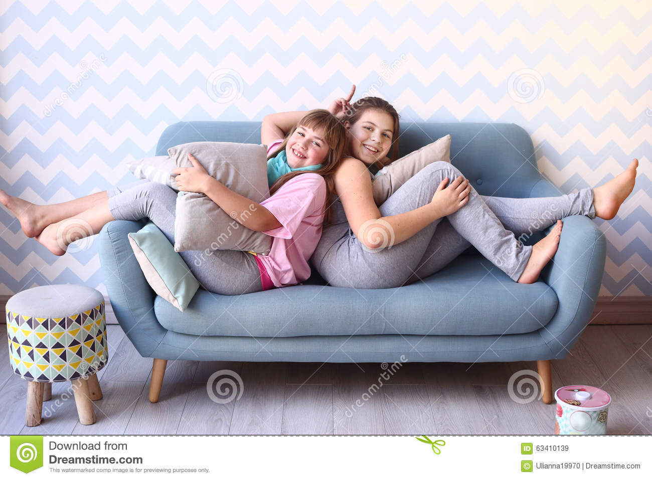 Bettsofa Jugend Teenager Blond Sister In Pajamas On The Sofa Stock Image Image