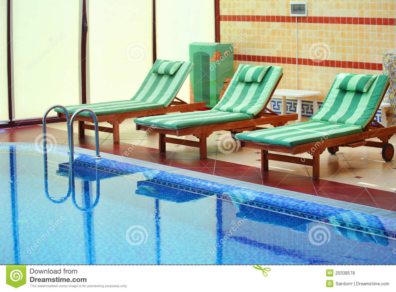 Zwembad Bed Tiled Swimming Pool With Bed Chairs Royalty Free Stock