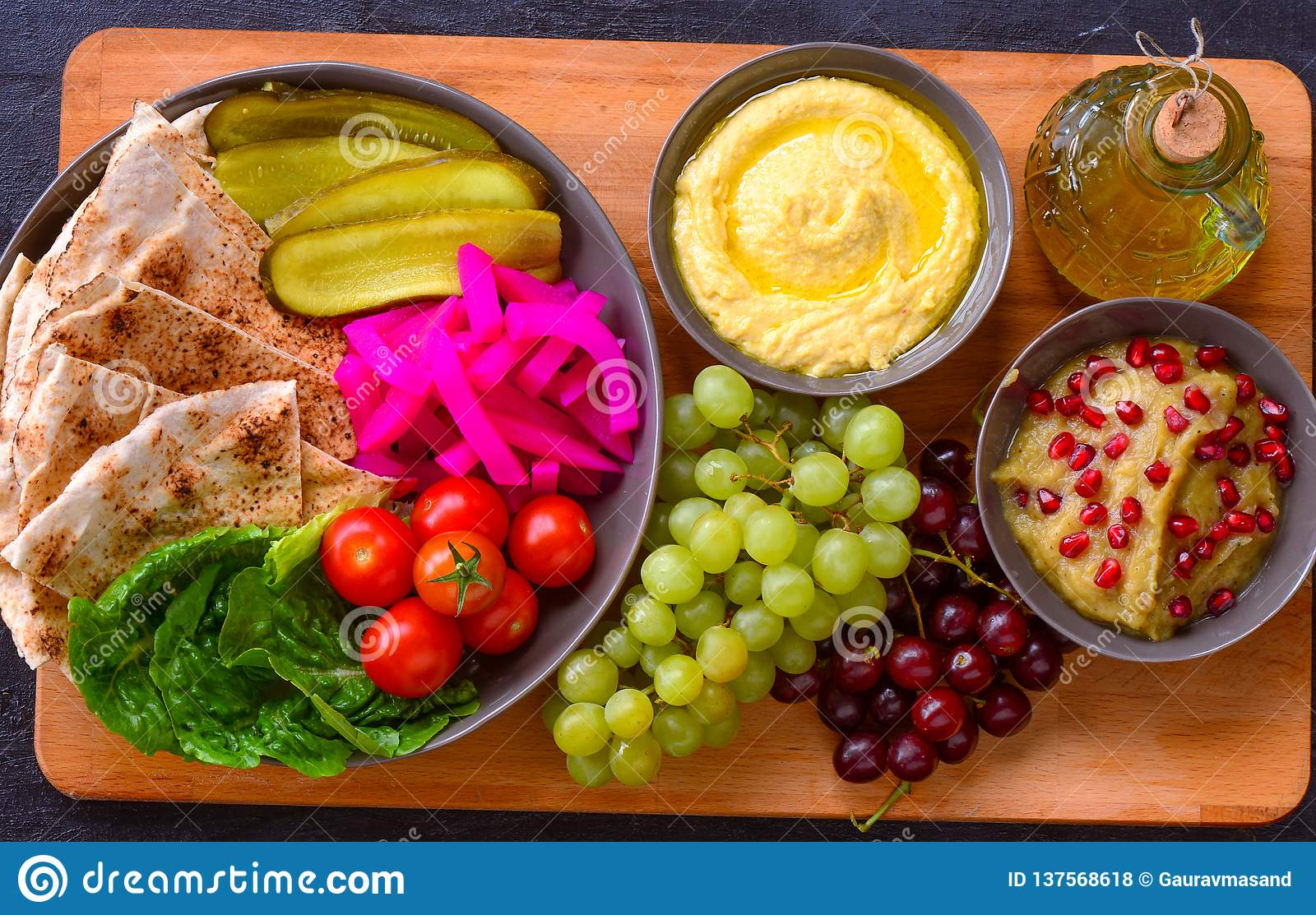 Mediterrane Küche An Bord Turkish Mediterranean Platter On Wooden Board Stock Photo Image