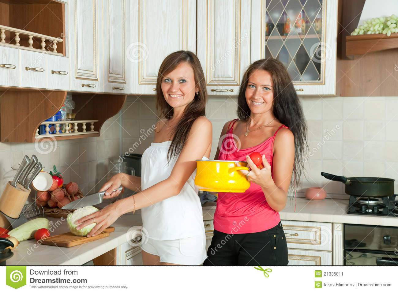Vrouwen In De Keuken Two Women Cooking At Kitchen Stock Image Image 21335811