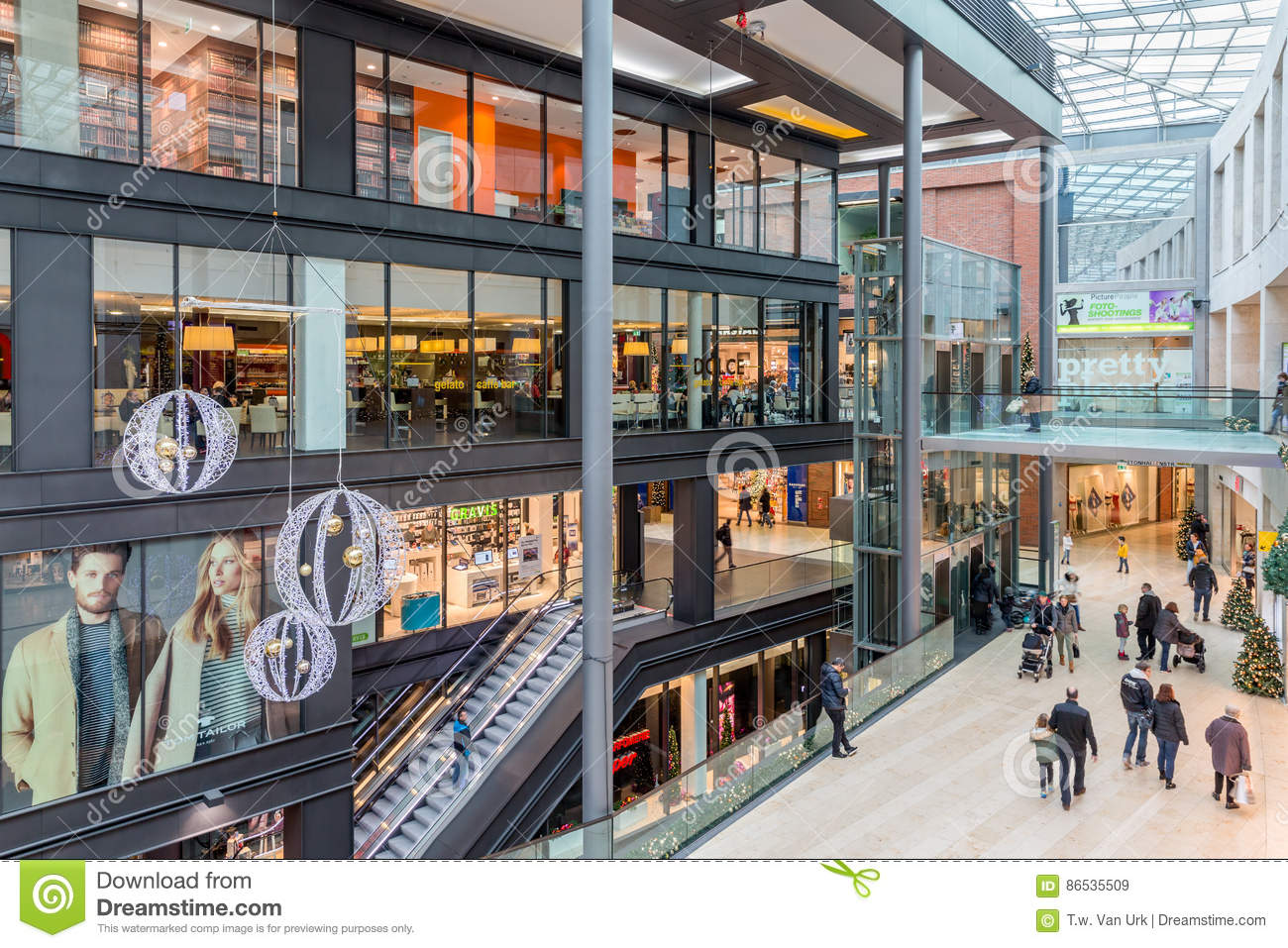 Duisburg Germany December 17 2016 Unknown People Entering And Unknown People In Shopping Mall Forum In Duisburg
