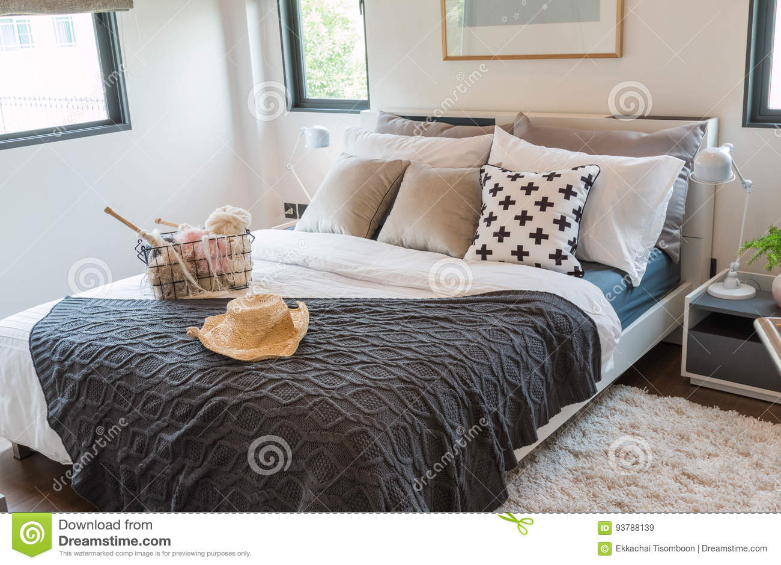 Bett Mit Vielen Kissen | Tee Set Auf Dem Bett Mit Vielen Kissen ...