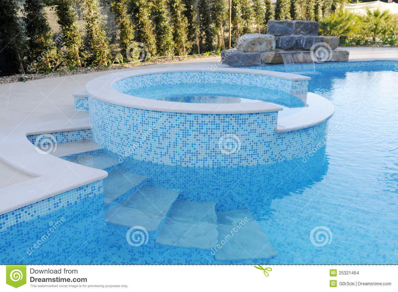 Jacuzzi Pool Top Caps Pool With Blue Tiles Artificial Waterfall Round Kids Pool Stock