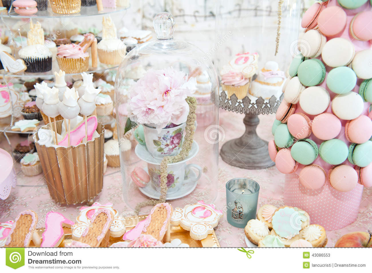 Decoration De Table Couleur Pastel Wedding Decoration With Pastel Colored Cupcakes Meringues