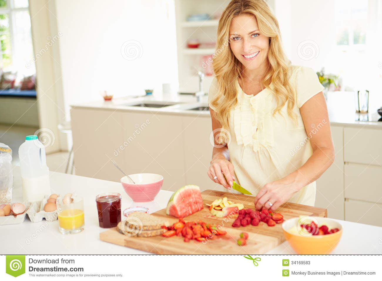 Vrouwen In De Keuken Woman Preparing Healthy Breakfast In Kitchen Stock Photos