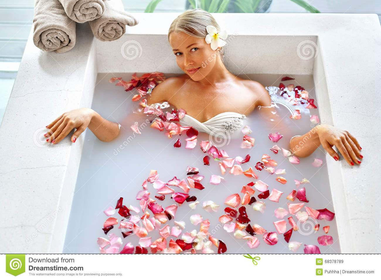 Salon Erotic Woman Spa Flower Bath Aromatherapy Relaxing Rose Bathtub