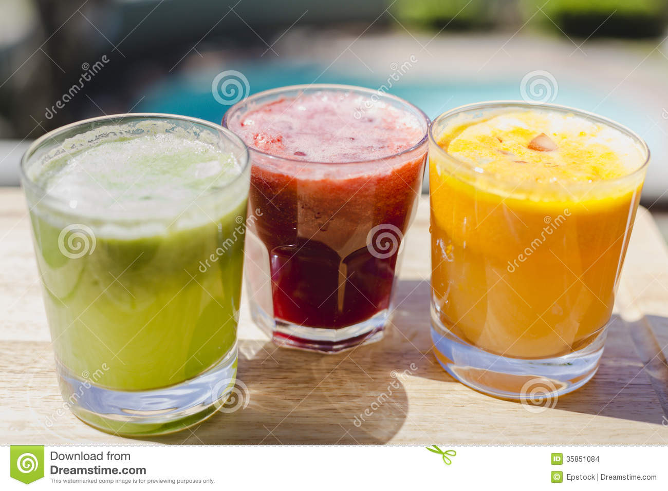 Tumbler Glas Yellow, Green And Red Fruit And Vegetable Juices In