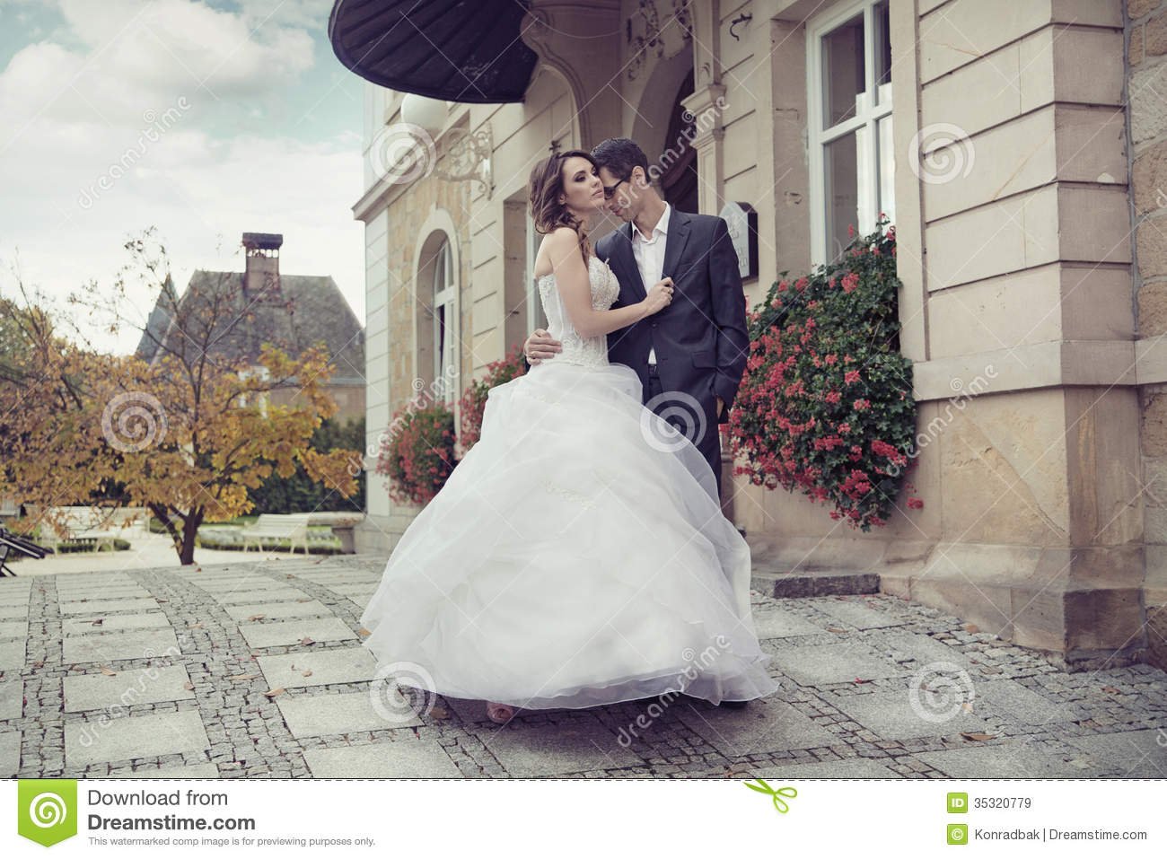 Cute Islamic Couples Hd Wallpapers Young Wedding Couple Dancing Outdoor Stock Image Image