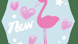 ピンクのフラミンゴのシルエットとNEWの手書き文字と星とハートのペールブルーの多角形のラベル:600×600pix