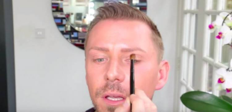 Wayne Goss shows open eye shadow technique