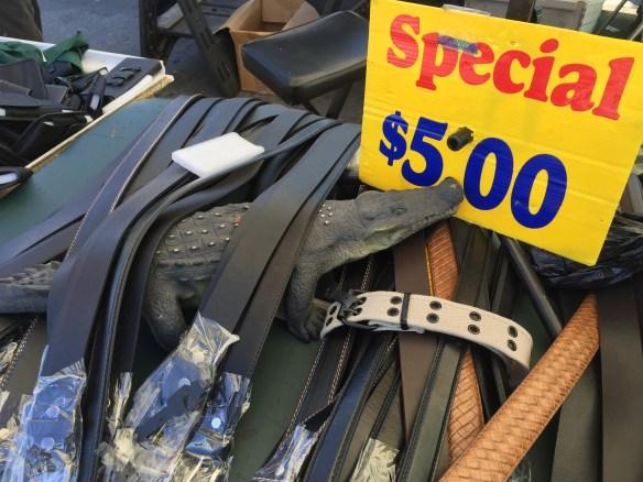 Puesto de cinturones en el Swap Meet de Carson, California, con el Tío Caimán. Foto: José FUENTES-SALINAS.