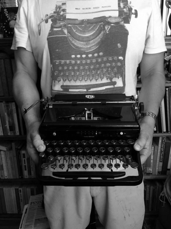 """""""Mecanografiar"""" un texto solía significar darle un estatus diferente a los textos, algo de lo que siempre he desconfiado. Foto: playera conseguida por Marlon, y máquina que encontré en el Swap Meet de Carson."""