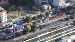 13fev2015---carros-alegoricos-transitam-pela-avenida-presidente-vargas-nesta-sexta-feira-13-no-rio-de-janeiro-a-partir-das-17h-o-transito-sera-interrompido-na-presidente-vargas-a-partir-da-avenida-1423833831868_956x500