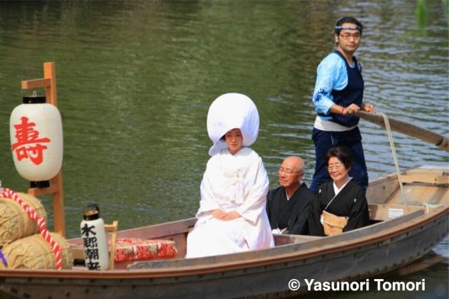 水郷・潮来の嫁入り舟に千葉県市川市から応募して参加した「花嫁さん」=潮来あやめまつり2013にて