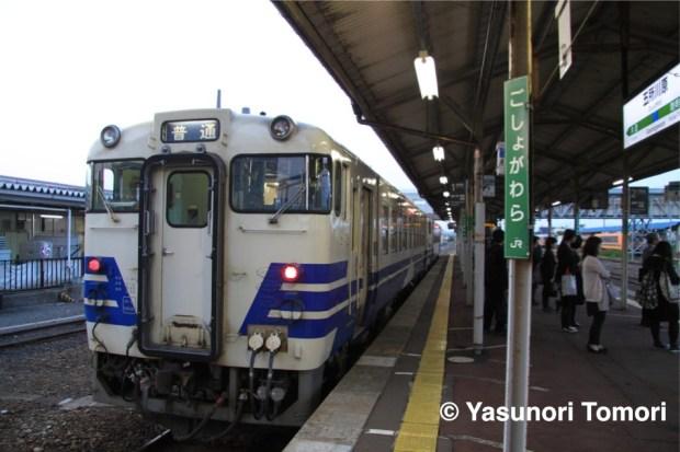 家路へつく人を待つ車輌=JR東日本五所川原駅にて
