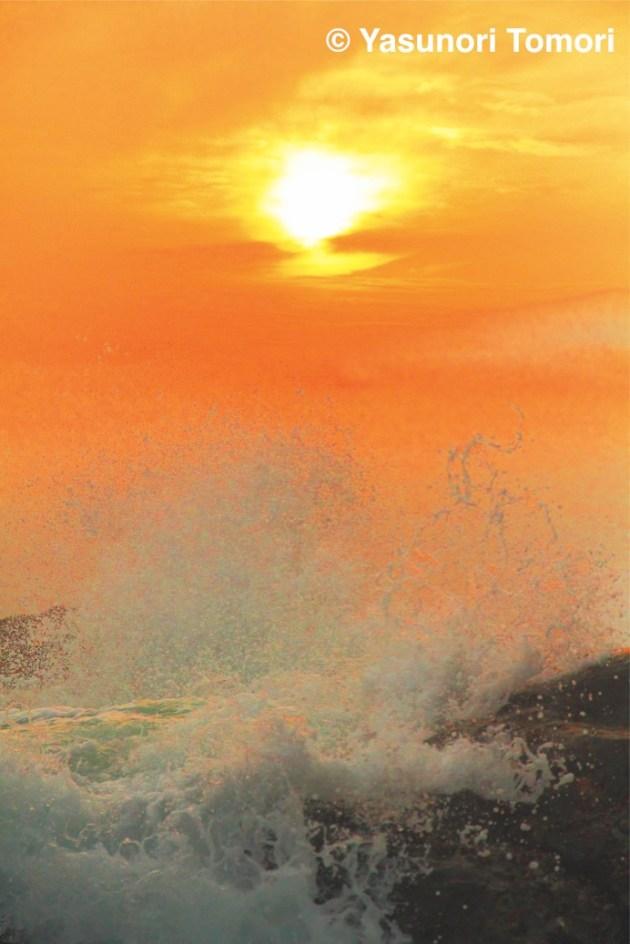 夕焼け空としぶきをあげる波=江の島稚児ヶ淵にて