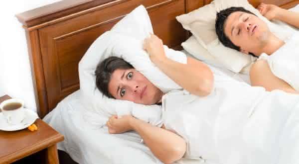 conjugue ronca entre as razoes pelas quais voce nao consegue dormir