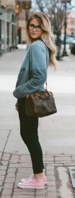 street-style-casual-green-sweatshirt-pink-391x1024