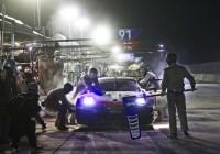 Gianmaria Bruni/Richard Lietz beim nächtlichen Boxenstopp © Porsche AG