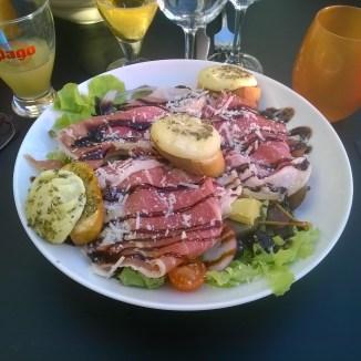 Salade aux artichauts, chèvre et jambon