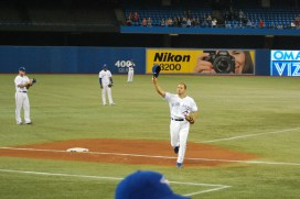 Omar Vizquel doffs his cap to salute the fans as they give him a standing ovation in his final game of his career.