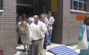 Gente sale de votar en el Colegio Los Ángeles de Torrelodones