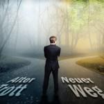 Geschftsmann vor Wahl zwischen neuem Weg und altem Trott