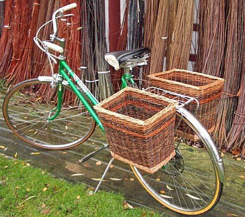 willow bike baskets dve velke ratanove postranne kosiky na zadne koleso bicykla