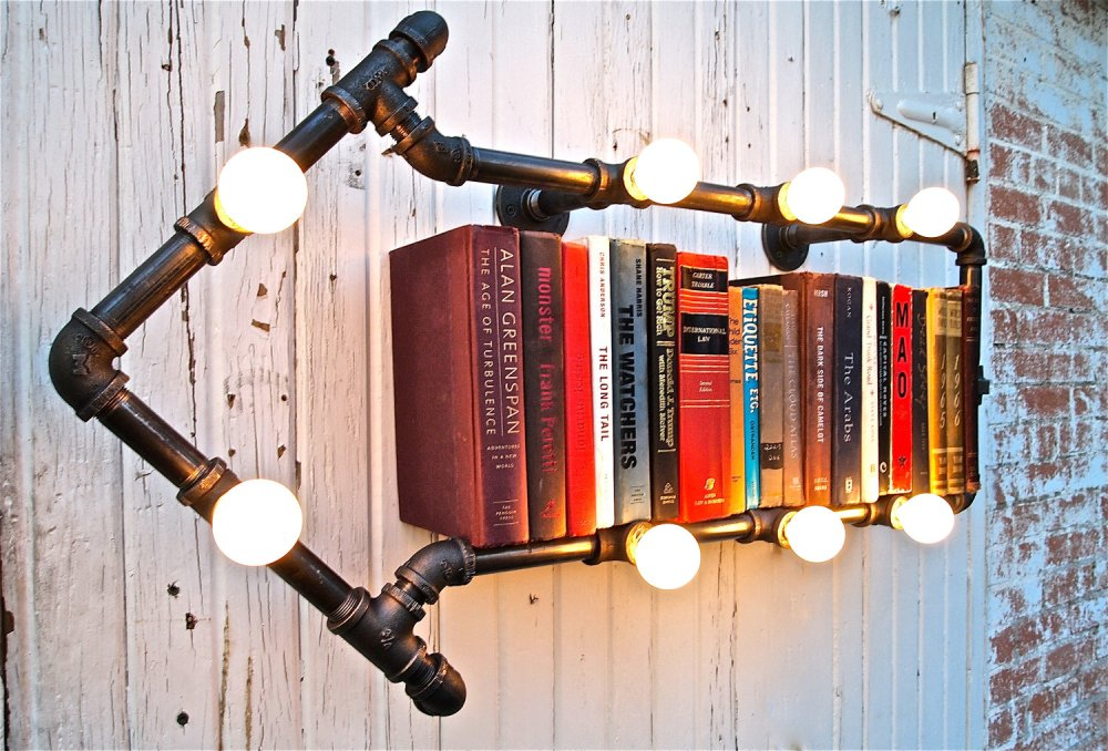 stellableudesign Bookshelf Industrial Pipe This Way That Way kniznica v tvare sipky s ziarovkami