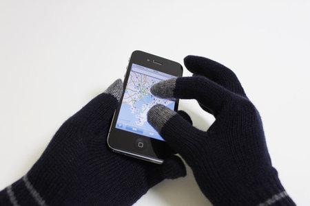 muji_knit_gloves_iphone_5.jpg