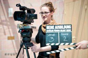 """Schülerin beim Dreh ihres Videos für den hr-Wettbewerb """"Meine Ausbildung - Schüler führen selbst Regie"""". Foto: hr/Benjamin Knabe"""