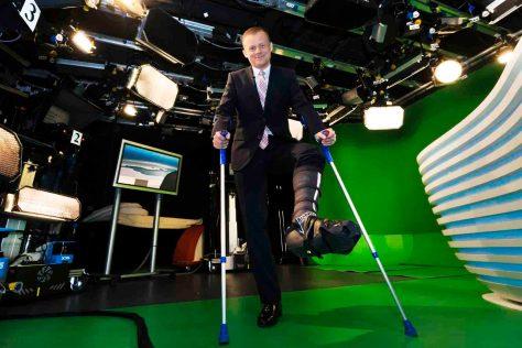 Nachrichtensprecher Marc Bator mit Gipsbein im N24-Studio am Potsdamer Platz. © Foto:  Rolf Schulten