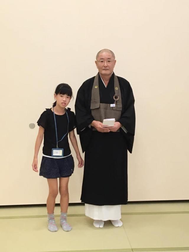 豊川稲荷のご住職方に桜の木の植樹のために売上金を寄付させて頂きました。