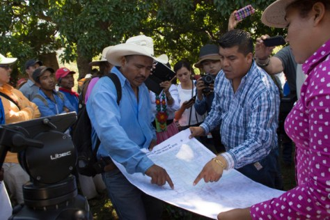 Miguel Vázquez Torres, left, goes over a map of the territory to be restituted on Sept. 22, 2016, with Wixárika attorney Santos de la Cruz Carrillo. Photo: Abraham Pérez.