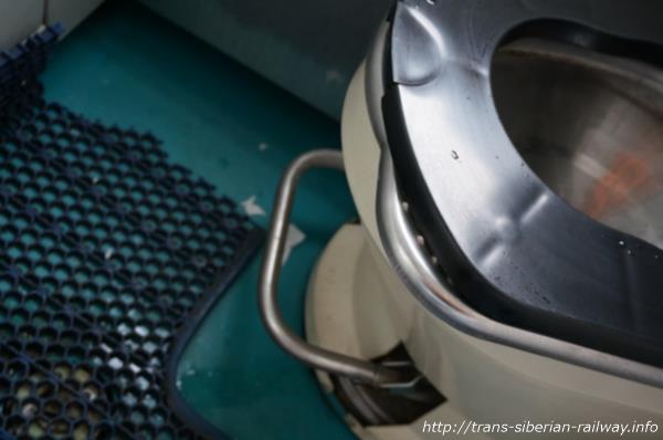 シベリア鉄道トイレ便座ペダル画像