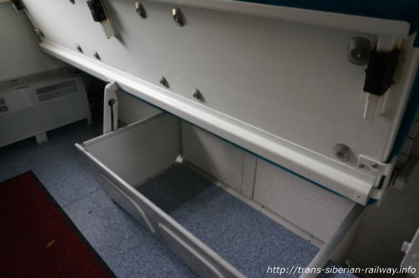 シベリア鉄道クペーベッド下荷物置き場画像