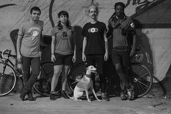 Da esquerda para a direita: Renato, Beatriz, Ciro e Naldinho. Abaixo: Zack, o cachorro fixo.