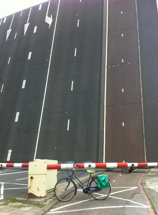 Ponte suspensa em Roterdam, Holanda. Foto: Miguel Lacerda