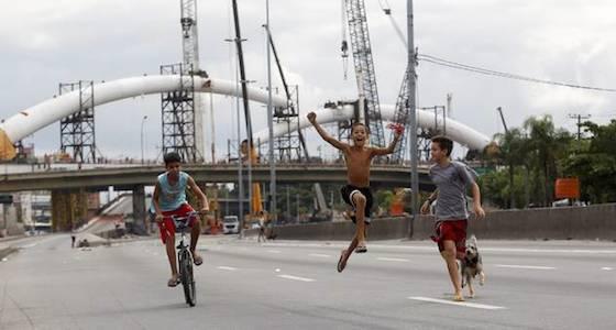 Crianças brincam na Avenida Brasil no Rio de Janeiro. Foto: Custódio Coimbra - Agência O Globo