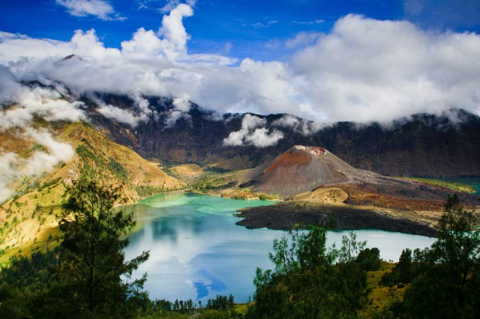 Gunung Rinjani - 10 Places to Visit in Indonesia