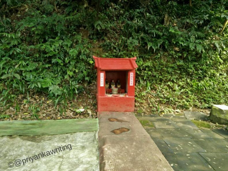 Elephant hiking trail buddhist shrine