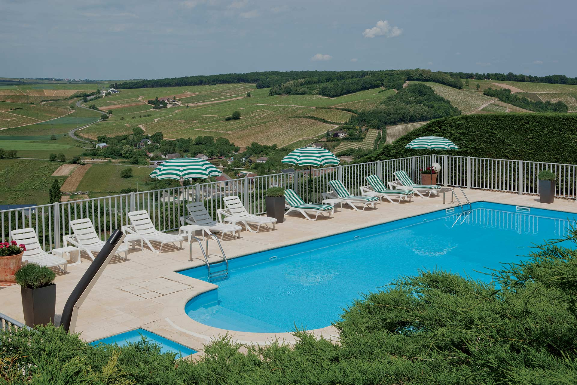 Hotel La Perriere Hotel Sancerre Piscine Paralax Traveling By The Glass