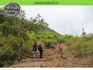 climbing steps to Jarandeshwar fort