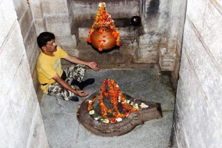 Amruteshwar Temple, garbha graha