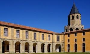 """Je suis maintenant a l' extérieur des batiments de cette célèbre abbaye-école de Sorèze (81) dans la cour dite """" des rouges""""qui était destinée aux élèves de première et de terminale qui portait des collets de couleur rouge, d'où le nom !"""